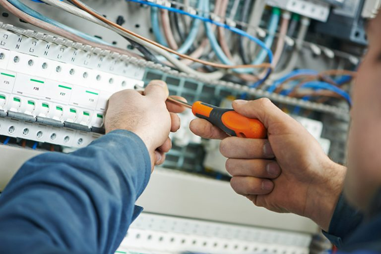 Instalacje elektryczne w domu, oświetleniowe, odgromowe i przepięciowe